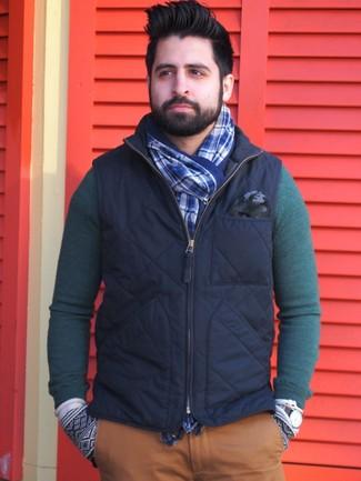 Как и с чем носить: темно-синяя куртка без рукавов, темно-зеленый свитер с круглым вырезом, табачные брюки чинос, синий шарф в шотландскую клетку