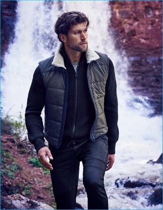 Как и с чем носить: темно-синяя куртка без рукавов, темно-синий свитер на молнии, серая футболка с круглым вырезом, темно-синие джинсы