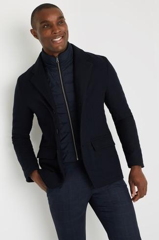 Темно-синяя куртка без рукавов: с чем носить и как сочетать мужчине: Составив ансамбль из темно-синей куртки без рукавов и темно-синих брюк чинос в шотландскую клетку, можно с уверенностью отправляться на свидание с возлюбленной или встречу с коллегами в расслабленной обстановке.