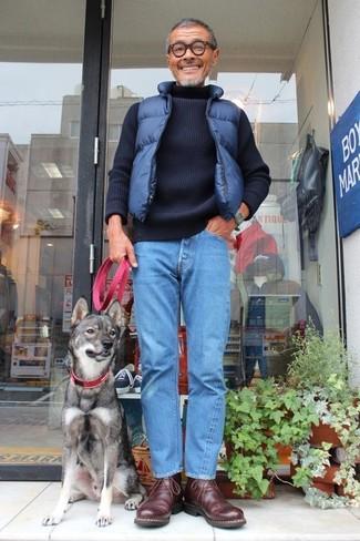 Как и с чем носить: темно-синяя стеганая куртка без рукавов, темно-синяя вязаная водолазка, синие джинсы, темно-коричневые кожаные ботинки дезерты