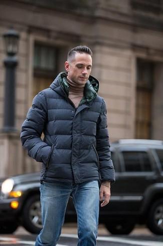 Как и с чем носить: темно-синяя куртка-пуховик, коричневая водолазка, синие джинсы