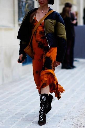 Как и с чем носить: темно-синяя куртка-пуховик, оранжевое платье-макси c принтом тай-дай, черные замшевые ботильоны на шнуровке, светло-коричневая кожаная сумка через плечо