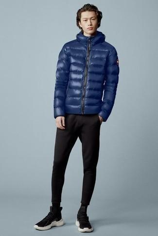 С чем носить куртку-пуховик мужчине: Куртка-пуховик и черные брюки чинос — хорошее решение для встреч с деловым дресс-кодом. Черно-белые кроссовки помогут сделать лук не таким официальным.