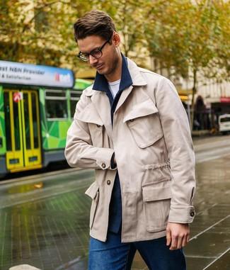 Как и с чем носить: темно-синяя шерстяная куртка-рубашка, бежевая полевая куртка, белая футболка с круглым вырезом, синие джинсы