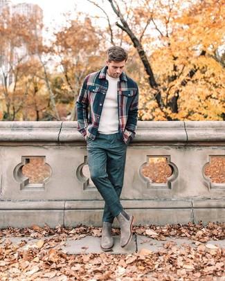 Как и с чем носить: темно-синяя фланелевая куртка-рубашка в шотландскую клетку, бежевый свитер с круглым вырезом, темно-синие классические брюки в клетку, серые замшевые ботинки челси