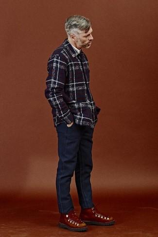 Как и с чем носить: темно-синяя куртка-рубашка в шотландскую клетку, белая рубашка с длинным рукавом, темно-синие джинсы, табачные кожаные рабочие ботинки