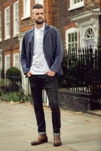 Коричневые кожаные ботинки челси: с чем носить и как сочетать мужчине: Ансамбль из темно-синей куртки-рубашки и черных джинсов выглядит мужественно и по моде. Весьма выигрышно здесь будут выглядеть коричневые кожаные ботинки челси.