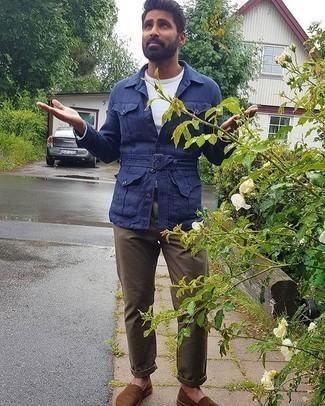 С чем носить темно-синюю куртку-рубашку мужчине: Темно-синяя куртка-рубашка и коричневые брюки чинос — замечательное решение для встреч с деловым дресс-кодом. Поклонники смелых вариантов могут закончить образ коричневыми эспадрильями из плотной ткани.