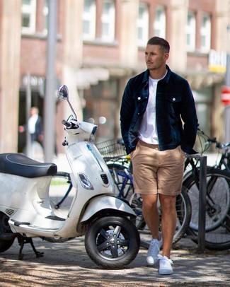 Как и с чем носить: темно-синяя бархатная куртка-рубашка, белая футболка с круглым вырезом, светло-коричневые шорты, белые низкие кеды