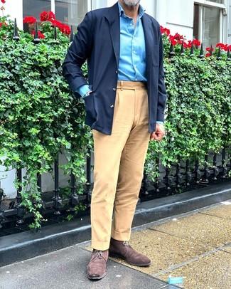 Как и с чем носить: темно-синяя куртка-рубашка, бирюзовая рубашка с длинным рукавом, светло-коричневые брюки чинос, темно-коричневые замшевые ботинки дезерты