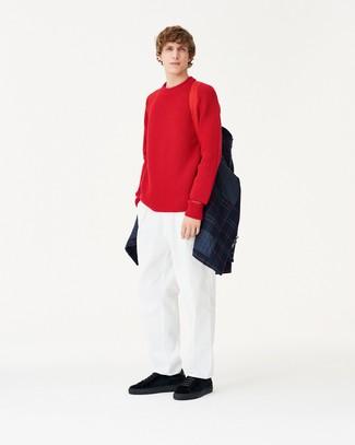 Модный лук: темно-синяя стеганая куртка-рубашка, красный свитер с круглым вырезом, белые брюки чинос, черные замшевые низкие кеды