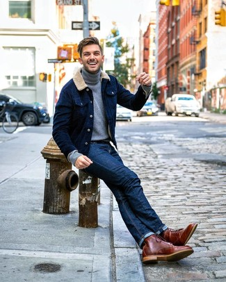 Модный лук: темно-синяя вельветовая куртка-рубашка, серая водолазка, темно-синие джинсы, коричневые кожаные повседневные ботинки