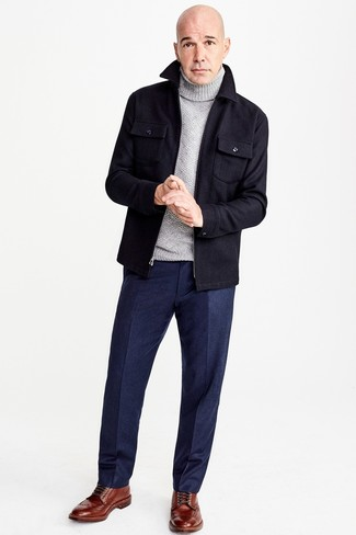 Как и с чем носить: темно-синяя шерстяная куртка-рубашка, серая шерстяная водолазка, темно-синие шерстяные классические брюки, коричневые кожаные ботинки броги
