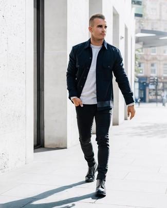Как и с чем носить: темно-синяя куртка-рубашка, серый свитер с круглым вырезом, черные зауженные джинсы, черные кожаные повседневные ботинки