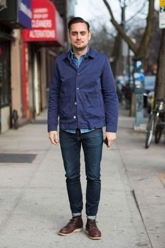 С чем носить темно-синюю куртку-рубашку мужчине: Темно-синяя куртка-рубашка и темно-синие джинсы — хороший выбор, если ты ищешь простой, но в то же время модный мужской образ. В тандеме с этим луком идеально будут выглядеть темно-коричневые кожаные ботинки дезерты.