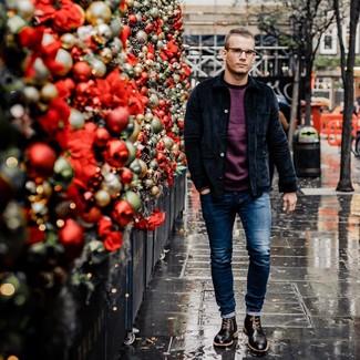 Модный лук: темно-синяя вельветовая куртка-рубашка, темно-пурпурный свитшот, синие зауженные джинсы, черные кожаные ботинки броги