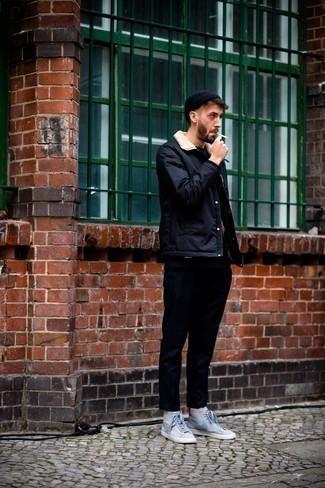 С чем носить темно-синюю куртку-рубашку мужчине: Хочешь выглядеть престижно? Тогда образ из темно-синей куртки-рубашки и темно-синих брюк чинос для тебя. Создать красивый контраст с остальными составляющими этого лука помогут серые высокие кеды из плотной ткани с принтом.