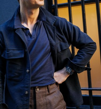 Как и с чем носить: темно-синяя шерстяная куртка-рубашка, темно-синяя футболка-поло, коричневые брюки чинос, черные кожаные часы