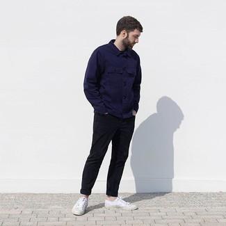 Модные мужские луки 2020 фото: Любишь выглядеть дорого? Тогда образ из темно-синей куртки-рубашки и черных брюк чинос - это то, что тебе нужно. Почему бы не привнести в этот лук толику небрежности с помощью белых низких кед из плотной ткани?