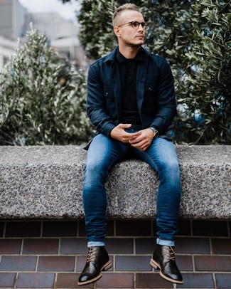 Как и с чем носить: темно-синяя куртка-рубашка, черный свитер с воротником поло, синие зауженные джинсы, черные кожаные ботинки броги