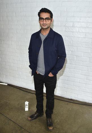 Как и с чем носить: темно-синяя куртка с воротником и на пуговицах, бело-черная футболка с круглым вырезом в горизонтальную полоску, черные джинсы, темно-коричневые кожаные туфли дерби