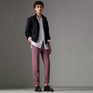 Как и с чем носить: темно-синяя куртка харрингтон, белая рубашка с длинным рукавом, темно-красные брюки чинос в клетку, темно-красные кожаные туфли дерби