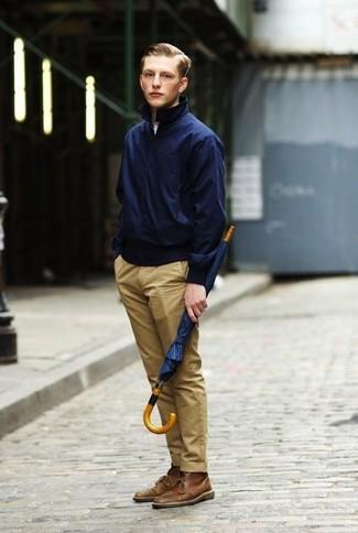 Модные мужские луки 2020 фото: Знакомые оценят твой стиль, когда увидят тебя в темно-синей куртке харрингтон и светло-коричневых брюках чинос. Пара коричневых кожаных ботинок дезертов выигрышно вписывается в этот лук.