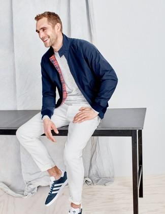 Как и с чем носить: темно-синяя куртка харрингтон, серая футболка с длинным рукавом, белые брюки чинос, темно-синие замшевые низкие кеды