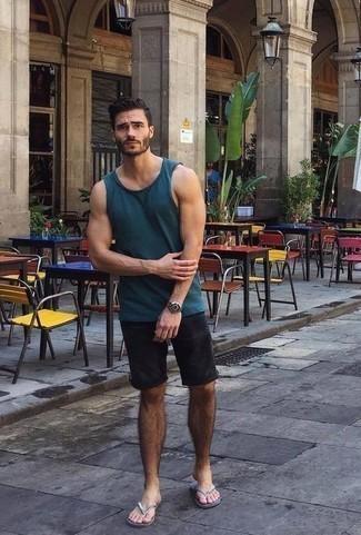 Модные мужские луки 2020 фото в жару: Если в одежде ты делаешь ставку на удобство и функциональность, темно-синяя майка и черные шорты — отличный выбор для привлекательного мужского образа на каждый день. Ты можешь легко приспособить такой лук к повседневным условиям городской жизни, закончив его серебряными сланцами.