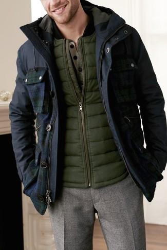 Как и с чем носить: темно-синяя парка, оливковая куртка без рукавов, оливковый лонгслив с горловиной на пуговицах, коричневые шерстяные классические брюки