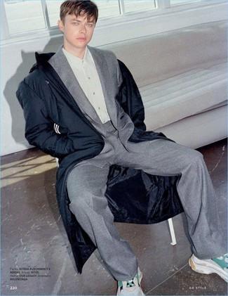 Как и с чем носить: темно-синяя парка, серый шерстяной костюм, серая классическая рубашка, бежевые кроссовки