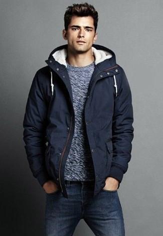 Как и с чем носить: темно-синяя парка, серый свитер с круглым вырезом, темно-синие джинсы