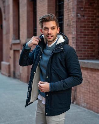 Как и с чем носить: темно-синяя парка, темно-бирюзовый свитер с круглым вырезом, белая рубашка с длинным рукавом, серые брюки чинос