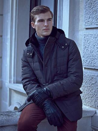 Как и с чем носить: темно-синяя парка, темно-синяя вязаная водолазка, темно-красные брюки чинос, черные кожаные перчатки