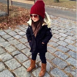 Как и с чем носить: темно-синяя парка, черные леггинсы, коричневые ботинки, красная шапка