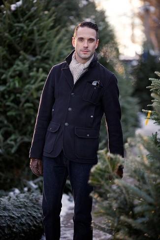 Как и с чем носить: темно-синяя шерстяная полевая куртка, темно-синие джинсы, бежевый вязаный шарф, коричневые кожаные перчатки