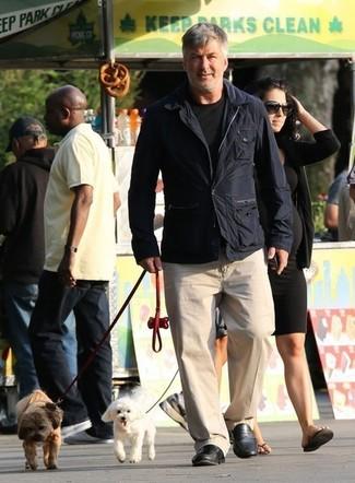 Как и с чем носить: темно-синяя полевая куртка, черная футболка с круглым вырезом, светло-коричневые брюки чинос, черные кожаные лоферы