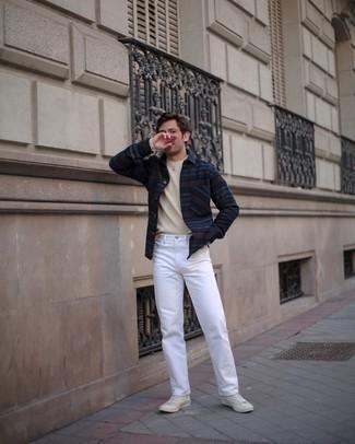 С чем носить белые высокие кеды из плотной ткани мужчине: Темно-синяя фланелевая рубашка с длинным рукавом в горизонтальную полоску и белые джинсы надежно закрепились в гардеробе современных молодых людей, помогая создавать незаезженные и функциональные образы. Чтобы лук не получился слишком вычурным, можешь закончить его белыми высокими кедами из плотной ткани.