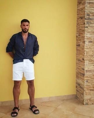 Темно-синяя рубашка с длинным рукавом: с чем носить и как сочетать мужчине: Такой мужской лук из темно-синей рубашки с длинным рукавом и белых шорт смотрится очень эффектно, и ты точно не останешься без женского внимания. Любители рискованных вариантов могут закончить ансамбль черными сандалиями из плотной ткани.
