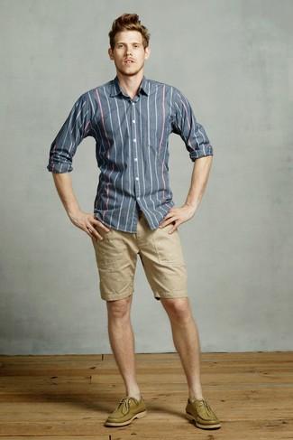 Как и с чем носить: темно-синяя рубашка с длинным рукавом в вертикальную полоску, светло-коричневые шорты, оливковые кожаные топсайдеры