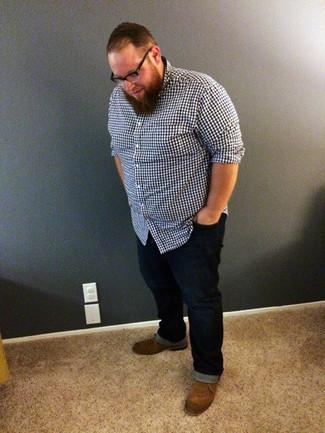 Как и с чем носить: темно-синяя рубашка с длинным рукавом в мелкую клетку, темно-синие джинсы, коричневые замшевые ботинки дезерты