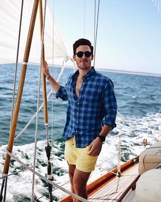 Модный лук: темно-синяя рубашка с длинным рукавом в шотландскую клетку, желтые шорты для плавания, черные солнцезащитные очки