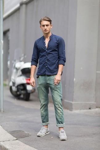 Модные мужские луки 2020 фото: Сочетание темно-синей рубашки с длинным рукавом и зеленых джинсов однозначно подчеркнет твою индивидуальность. Заверши ансамбль зелеными кроссовками, если не хочешь, чтобы он получился слишком консервативным.