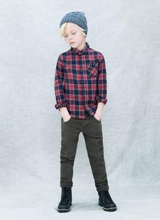 Как и с чем носить: темно-синяя рубашка с длинным рукавом в шотландскую клетку, оливковые джинсы, черные ботинки, серая шапка