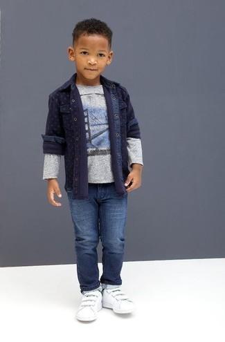 Темно-синяя джинсовая рубашка с длинным рукавом: с чем носить и как сочетать мальчику:
