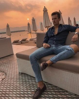 Мужские луки в спортивном стиле: Если ты не любишь воспринимать моду слишком серьезно, обрати внимание на этот лук из темно-синей рубашки с длинным рукавом и синих рваных зауженных джинсов. Хочешь привнести сюда нотку эффектности? Тогда в качестве дополнения к этому луку, выбирай темно-коричневые кожаные мокасины.