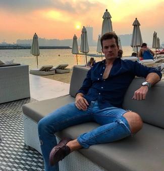 Как и с чем носить: темно-синяя рубашка с длинным рукавом, синие рваные зауженные джинсы, темно-пурпурные кожаные мокасины