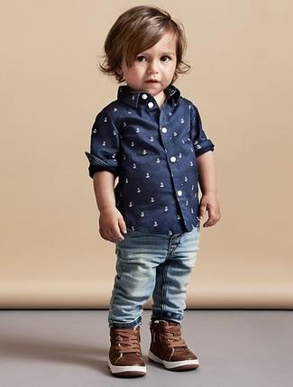Как и с чем носить: темно-синяя рубашка с длинным рукавом с принтом, голубые джинсы, коричневые кожаные кеды