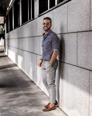 Как и с чем носить: темно-синяя рубашка с длинным рукавом с цветочным принтом, серые брюки чинос в шотландскую клетку, коричневые замшевые лоферы с кисточками