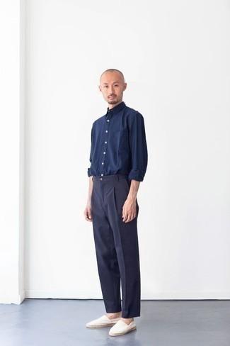 Мужские луки: Несмотря на то, что это классический ансамбль, сочетание темно-синей рубашки с длинным рукавом и темно-синих классических брюк неизменно нравится стильным мужчинам, покоряя при этом дамские сердца. Поклонники смелых вариантов могут закончить лук белыми эспадрильями из плотной ткани.